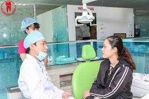 Bác sĩ đang tư vấn và thăm khám cho bệnh nhân